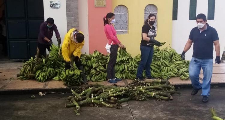 COLABORACIÓN DE DIFERENTES PERSONAS SE ENTREGO A 400 FAMILIAS DE LA PARROQUIA CON PLÁTANO.
