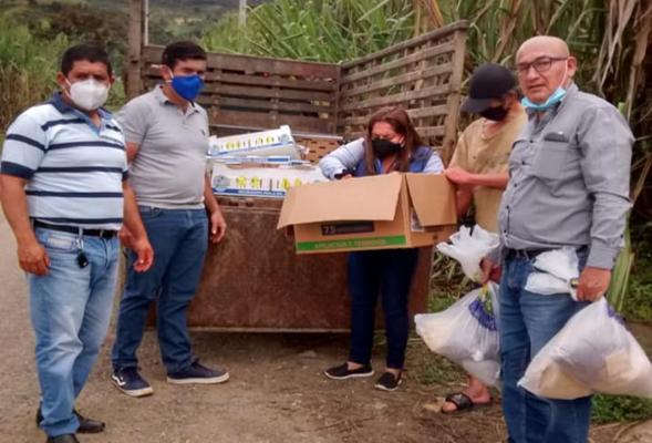 HACIENDO LA ENTREGAS DE AYUDAS DE POLLOS, SEMILLAS A DIFERENTES SECTORES DE LA PARROQUIA.